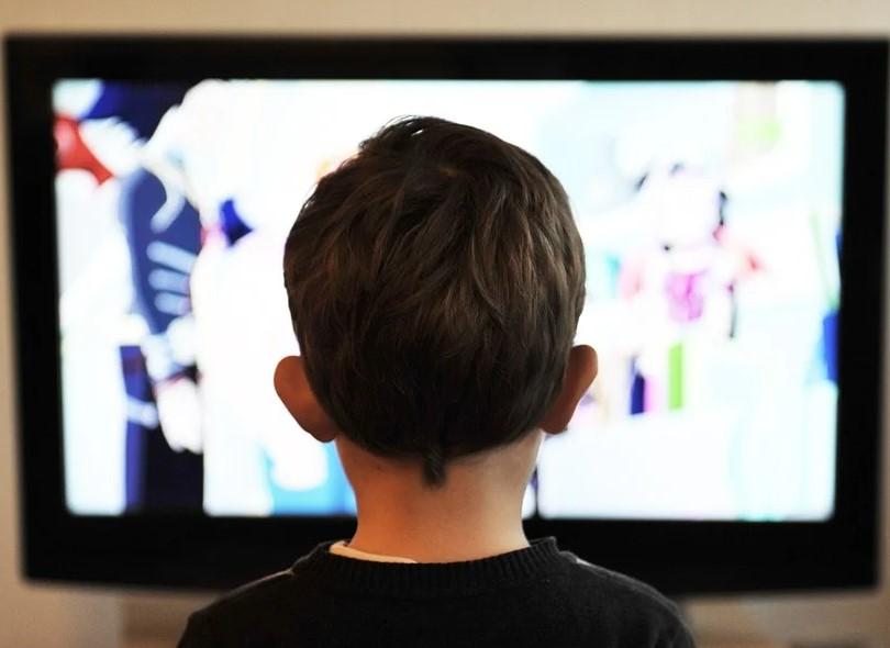 immagine decorativa che rappresenta un bambino che guada la tv